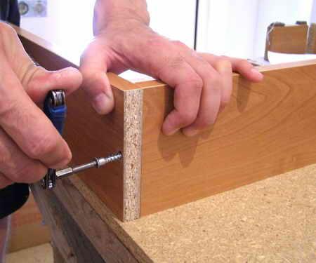 Стягивание деталей с помощью конфирмата. Выполнять стяжку следует осторожно, иначе можно сорвать резьбу и соединение будет не прочным.