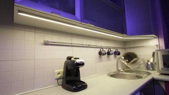 Современное освещение кухонной мебели.