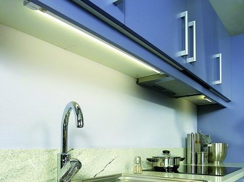 При открытой (без рассеивателя) установке ламп дневного света следует предусмотреть планку, установленную, как на фото. Она защитит глаза от направленного излучения.
