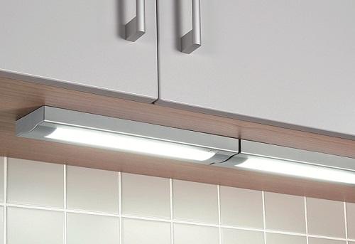 Стандартные светильники отличное решение, если нет возможности или желания дорабатывать кухонный гарнитур. Они просты в установке и обладают неплохим дизайном.