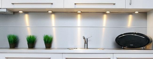 Накладные устанавливаются значительно проще. Угол освещения у них большой и при определенных обстоятельствах свет от них может быть направлен в глаза. Поэтому шкафы с такими светильниками следует вешать ниже уровня глаз.