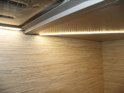 Как приклеить светодиодную ленту на кухне. Все они имеют клеевую основу, достаточно открепить защитную пленку и приложить полосу к поверхности шкафа.