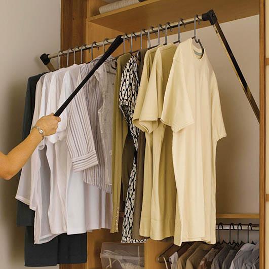 Для навеса верхней одежды в примере, описанном выше, применяется специальный элемент – лифт, показанный на фото.