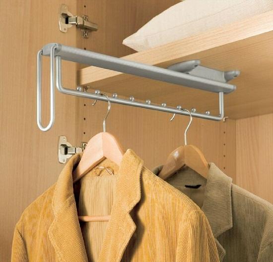 Данный элемент наполнения применяется в случае, когда ширина шкафа менее 60 см и вешать одежду поперек шкафа невозможно. Механизм выдвижной, что очень важно, т.к. он позволяет снять дальнюю вещь, не снимая все передние.