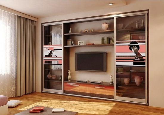 Встроенный шкаф-купе обычно изготавливают в привязке к дизайну помещения. Он может применяться не только для хранения одежды, но и для других вещей.