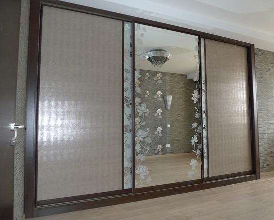 Шкаф-купе может выполнять не только функциональную роль, но и быть украшением помещения. Для этой цели часто дверцы шкафа изготавливают из стекла, зеркала и их комбинаций. Декорируют двери купе узором.