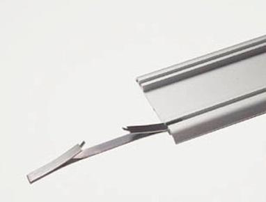 Стопор предназначен для фиксации дверки шкафа в крайнем положении. Регулировка стопора выполняется за счет его движения в шине. Если дверца встает с зазором к боковой стенки то, стопор необходимо подвинуть в сторону стенки на величину зазора.