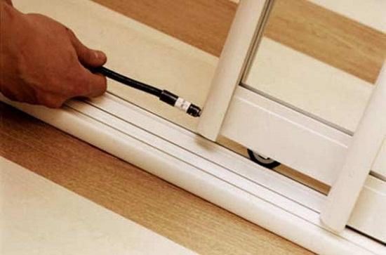 Регулировка колесиков позволяет поднять и опустить дверцу, либо устранить наклон. Регулировать необходимо сразу два колеса. Регулировкой стараются выровнять дверцу и сделать минимальный зазор между шиной и дверцей, так меньше пыли будет попадать в шкаф.