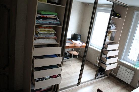 При проектировании наполнения шкафа-купе следует учитывать, что раздвижные двери занимают определенное пространство шкафа. Традиционно для установки дверей-купе оставляют 10 см. Таким образом ширина элементов наполнения должна быть на 10 см меньше чем ширина шкафа.