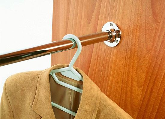 Для того чтобы вешать верхнюю одежду используют штангу. Она изготавливается из хромированной трубы диаметром 25 мм. Штанга закрепляется к боковым стенкам с помощью фланцев, которые в свою очередь крепятся саморезами длиной 16 мм. При установке штанги от верха делают отступ 10-15 см, такой отступ позволяет легко вешать одежду.