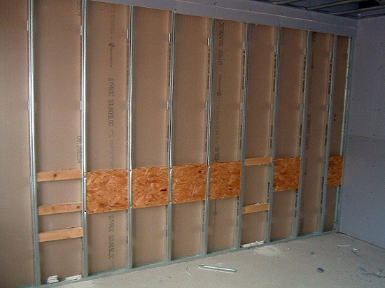 В местах де будут установлены тяжелые предметы устраивают заделку. Заделка это местное усиливающие элементы каркаса к которым будет крепиться подвесы, например, для телевизора. Обычно их изготавливают из деревянных досок или ДСП.