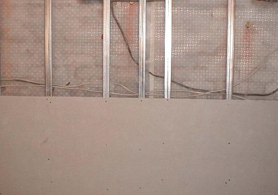 Для каркаса можно использовать потолочный профиль. Такой профиль снизит толщину перегородки, что позволит сократить потерю площади помещения. Однако из-за низкой жесткости такой конструкции, поступать таким образом целесообразно для организации кладовок, но не для межкомнатной перегородки.