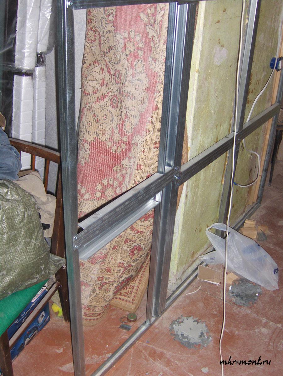 Так как толщина каркаса мала, то для придания жесткости конструкции устанавливаются горизонтальные профиля, которые изготовлены из потолочного профиля. На следующем этапе укладывается электропроводка и делается подготовка под установку розеток.
