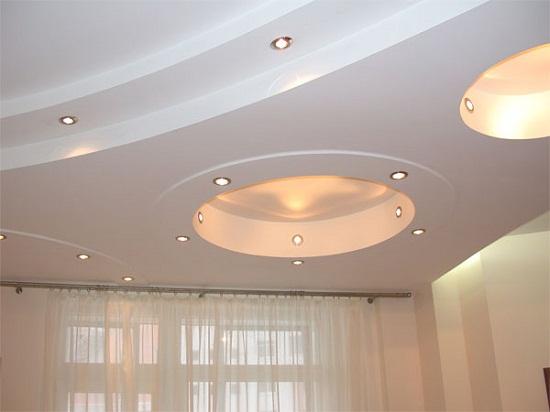 Полукруглые декоративные короба из гипсокартона с декоративной подсветкой.