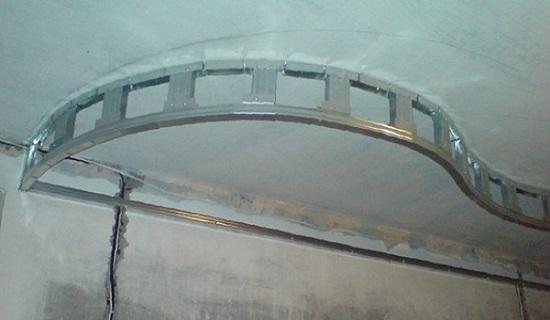 Для создания криволинейной конструкции направляющий профиль надрезают с шагом 5 см.