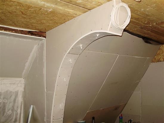Короба с большим радиусом изгиба удобно зашивать целыми полосами гипсокартона, предварительно придав им пластичность с помощью увлажнения.