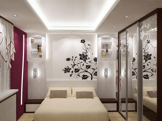 Освещение спальни, выполненное с помощью скрытой подсветки гипсокартонного короба и точечных светильников.