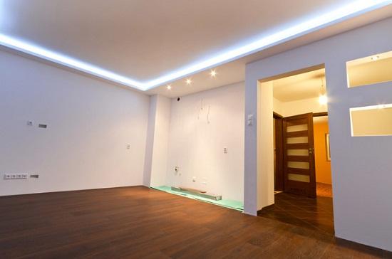 Прямоугольный короб из гипсокартона с встроенной контурной подсветкой на основе светодиодной ленты.