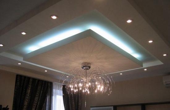 Многоуровневый короб из гипсокартона с декоративной подсветкой. Такая конструкция хорошо подходит для гостиной.
