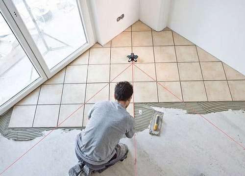 Один из вариантов укладки плитки по диагонали — это укладка, начиная от стены с половинок плиток. Остальные ряды укладываются последовательно. Этот способ хорош для небольших помещений, либо стены в помещении ровные и взаимно перпендикулярные. В противном случае следует прибегнуть к другой технологии укладки плитки по диагонали.