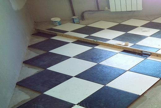 Заключительный этап укладки плитки — это укладка пристенной плитки. Для точной обрезки плитки следует замерить длину сторон соседних плиток, уже уложенных на пол, и перенести эти размеры на укладываемую плитку. Соединив отметки на противоположных сторонах плитки получится точная линия реза. Желательно предусмотреть зазор 5 мм со стороны стены, так плитку будет проще уложить.