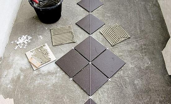 В узких помещениях выполнить разметку по диагонали сложно. Поэтому разметку выполняют параллельно стене, а плитку укладывают по диагонали. Этот метод более сложный и следует стараться очень тщательно выравнивать плитку относительно разметки.