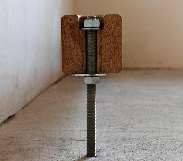 Схема крепления балок с помощью металлической шпильки и гаек.