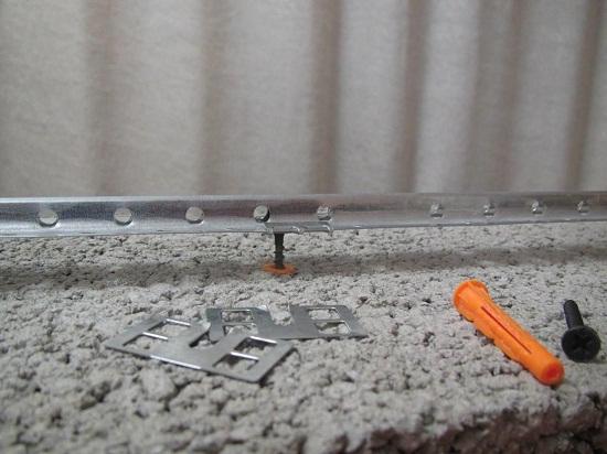 Для установки маяков можно использовать специальный крепеж. Такой способ наиболее подходит тому, кто устанавливает маяки первый раз. Спец крепеж облегчает установку маяков и позволяет их установить с большой точностью.