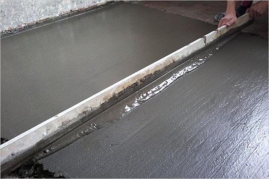 Разравнивая раствор важно добиться появления цементного молочка на его поверхности. Так как появление цементного молочка говорит о том, что раствор хорошо уплотнен, а значит, будет иметь высокую прочность.