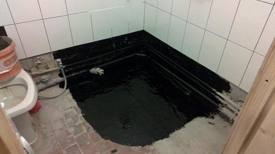 При устройстве стяжки возможны протечки, поэтому целесообразно делать гидроизоляцию. Гидроизоляцию можно сделать битумной мастикой. Это наиболее распространенный вариант гидроизоляции для ванной.
