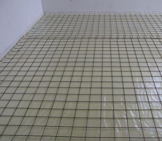 Для армирования стяжки используется сварная металлическая сетка с ячейкой 10х10 или 20х20 см. Чем больше будет нагрузка на стяжку, тем меньше размер ячейки. Для жилых помещений можно выбрать любую.